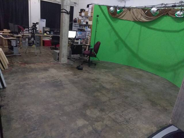 Sliding the computers to the side and suddenly we have a MASSIVE VR gaming area!